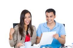 Glückliche, erfolgreiche Paarplanung für zukünftigen Finanzerfolg Lizenzfreie Stockfotografie