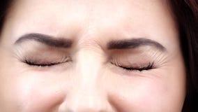 Glückliche erfreute Frau mit ihren Augen Abschluss oben Langsame Bewegung stock video footage