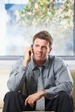 Glückliche erhaltene Berufsnachrichten am Telefon Stockfotos