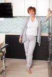 Glückliche erwachsene Frau auf Küche Lizenzfreies Stockbild