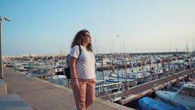 Glückliche erwachsene Frau genießt die Ansicht des Stadtpiers am sonnigen Morgen und allein geht stock footage