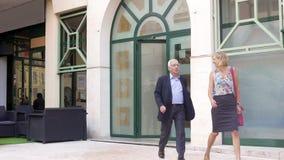 Glückliche erwachsene Paare, die das Restaurant, zufriedengestellt mit Service, Business-Lunch verlassen stockfoto