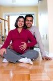 Glückliche erwartungsvolle Paare zu Hause Stockbilder