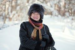 Glückliche fällige Frau im Winter Lizenzfreies Stockbild