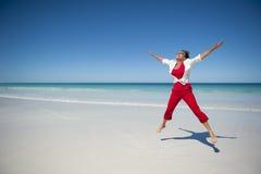 Glückliche fällige Frau am tropischen Strand Lizenzfreie Stockfotos