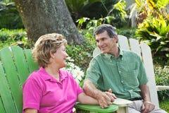 Glückliche fällige Paar-Holding-Hände Stockfoto