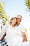 Glückliche fällige Paare draußen Lizenzfreie Stockfotos
