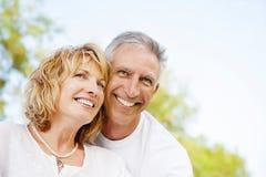 Glückliche fällige Paare draußen Stockfoto