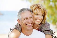 Glückliche fällige Paare draußen Lizenzfreies Stockbild