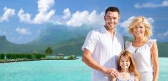 Glückliche Familie über bora bora Hintergrund lizenzfreies stockfoto