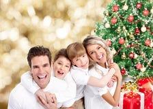 Glückliche Familie über Weihnachtshintergrund. lizenzfreies stockfoto