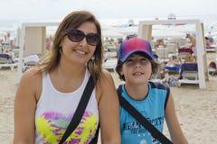 Glückliche Familie in Alicante, Spanien Stockbilder
