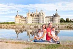 Glückliche Familie auf Chambord-Chateaux, Sommerferien genießend stockbilder
