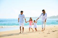 Glückliche Familie auf dem Strand stockbilder