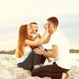 Glückliche Familie auf dem Strand Stockfotos