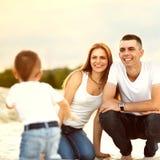 Glückliche Familie auf dem Strand Lizenzfreie Stockbilder