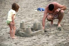 Glückliche Familie auf dem Strand Stockbild