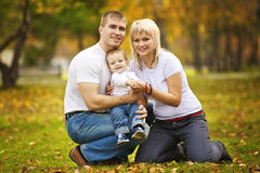 Glückliche Familie auf dem Weg lizenzfreie stockfotos