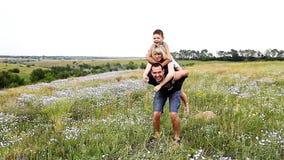 Glückliche Familie auf der Natur stock footage