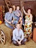 Glückliche Familie auf einem Hayloft lizenzfreie stockfotos