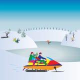 Glückliche Familie auf einem Schneemobil fahrung Schneemann gebildet vom weißen tropischen Sand auf exotischem Strand mit Ozean a Stockfotografie