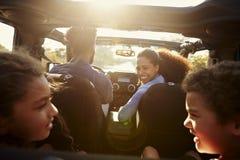 Glückliche Familie auf einer Autoreise in ihrem Auto, hinterer Passagier POV lizenzfreies stockbild