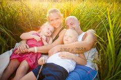 Glückliche Familie auf einer Wiese stockfoto