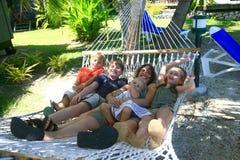 Glückliche Familie auf Hängematte Lizenzfreie Stockbilder
