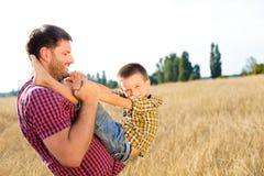 Glückliche Familie auf Natur Stockbilder