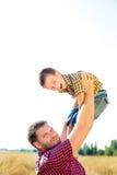 Glückliche Familie auf Natur Lizenzfreie Stockfotografie