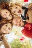 Glückliche Familie auf Natur photoshoot lizenzfreie stockbilder