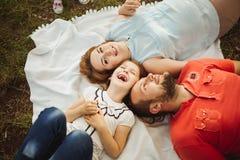 Glückliche Familie auf Natur photoshoot lizenzfreie stockfotos