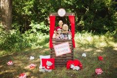 Glückliche Familie auf Natur photoshoot lizenzfreie stockfotografie