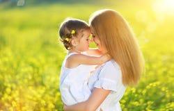 Glückliche Familie auf Sommer Baby-Tochterumarmen des kleinen Mädchens Kinder Lizenzfreies Stockbild