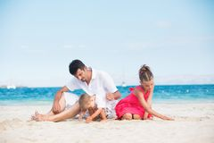 Glückliche Familie auf tropischem Strand Stockfotos