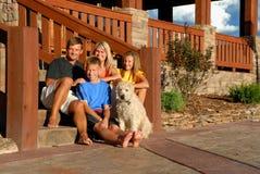Glückliche Familie auf vorderen Jobstepps Stockbild