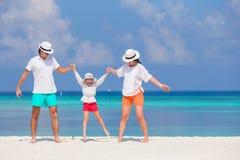 Glückliche Familie auf weißem Strand Stockfotografie