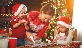 Glückliche Familie backen Weihnachtsplätzchen lizenzfreies stockfoto
