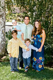 Glückliche Familie in den Vororten lizenzfreie stockfotos