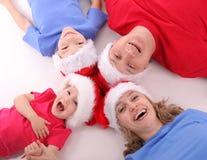Glückliche Familie in den Weihnachtshüten Stockfotografie