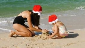 Glückliche Familie in den Weihnachtsmann-Hüten stockfoto