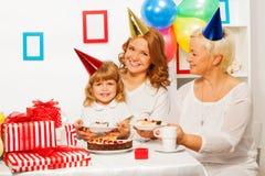 Glückliche Familie an der Geburtstagsfeier des kleinen Mädchens Stockbilder