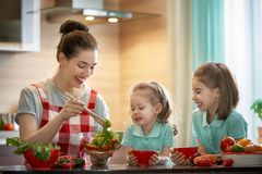 Glückliche Familie in der Küche Stockfotos
