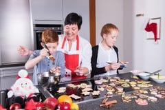 Glückliche Familie in der Küche, die das Weihnachtsbacken tut Lizenzfreies Stockfoto