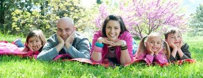 Glückliche Familie in der Natur Lizenzfreie Stockfotos