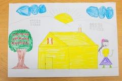Glückliche Familie der Zeichnung des Kindes Stockfotos