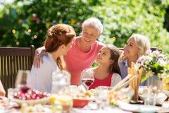 Glückliche Familie, die Abendessen oder Sommergartenfest hat stockfoto