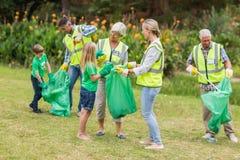 Glückliche Familie, die Abfall sammelt Lizenzfreies Stockbild