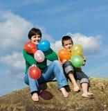 Glückliche Familie, die auf dem Stein sitzt Stockfoto