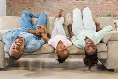 Glückliche Familie, die auf der Couch sich entspannt Stockfoto
